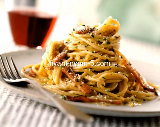 18 Aug 2000 --- Spaghetti Carbonara --- Image by © Duncan, James/the food passionates/Corbis