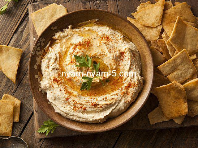 z17961604IHR,Hummus-mozna-serwowac-polany-olejem-lub-oliwa-i-po